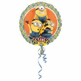 rund folieballong med musikk. motivet er av tre minions i gul, blå og hvite farger med orrange bakgrunn og enda flere minions karakterer i mindre størrelse ytters på ballongen