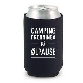"""Bokskjøler i svart med hvit tekst """"camping dronninga på ølpause"""""""