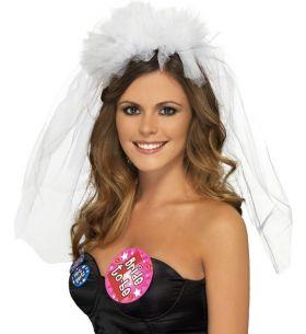 Bilde av et hvitt brudeslør festet på hårbøyle til utdrinkingslag