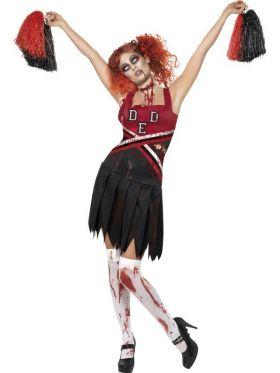 Bilde av en dame ikledd Zombie Cheerleader kostyme. Sort og rød kjole med skole logo og blodflekker. Sorte og rød heiadusker.
