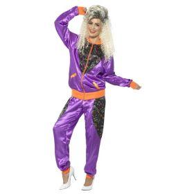 Bilde av en dame i Lilla grilldress. Lilla jakke og bukse med oransje detaljer og sort 80-talls mønster.
