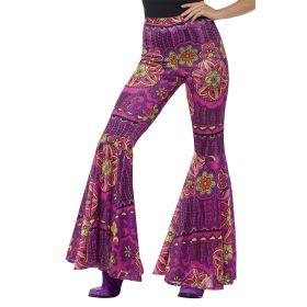 Bilde av en dame kledd ut i Blomstrende Hippiebukse. Lilla, gule og rosa bukser med et blomstermønster.