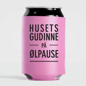 """bokskjøler i fargen rosa med sort skrift """"husets gudinne på ølpause"""""""