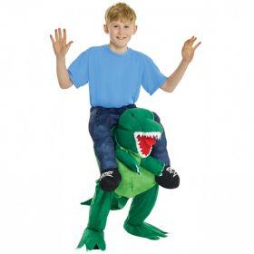 Bilde av en gutt kledd ut i T-Rex Piggyback. Kostyme som ser ut som du rir på en grønn T-rex.