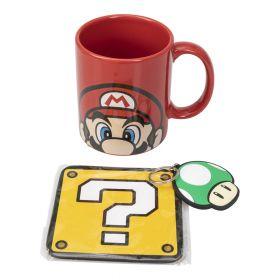 mørk rød kopp med motiv av Mario med sin røde hatt og knall blå øyne. En nøkkelring formet som den grønne soppen One Up og en Glassbrikke i gul lik Mystery Box