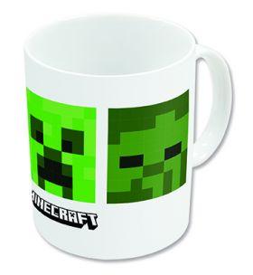 hvit kopp med fire Minecraft firkanter, to i grønn og to i grålig-tone som alle har motiv med de mest kjente Minecraft karakterer. Minecraft logoen er skrevet i orginal font, svart og hvit under de grønne firkantene