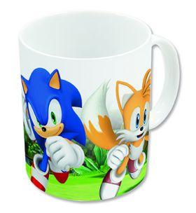 hvit kopp med håndtak. koppen har grønt gress og masse blader som bakgrunn med de det blå pinnsvinet, Sonic midt på, med den gule reven Miles til høyre og den rød reven Echidna til venstre.