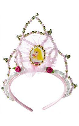 tiara med lys rosa stoff, bilde av tornerose på midten med gull-pærler rundt bilde som en ramme. rundt om på bøylen er det hvite, gull og rosa pærler samt. to mørk rosa roser på hver sin side av tiaraen med hvert sitt grønne blad