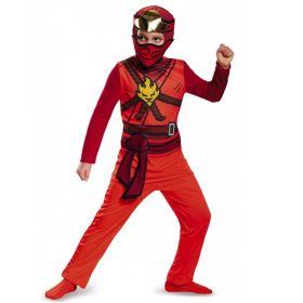 Bilde av en gutt ikledd Ninjago Kai kostyme. Rød jumpsuit med tøffe detaljer på brystet og hodeplagg med maske.