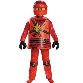 Bilde av en gutt ikledd LEGO Ninjago Kai kostyme. Rød overdel formet som en LEGO-figur med brune, gule og sorte detaljer. Matchende bukse, hansker formet som sorte LEGO-hender og en LEGO Ninjago maske.
