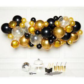 Ballongbue med 66 ballonger i fargene gull, sort og hvit med gullfarget konfetti inni. Ballongbuen passer perfekt inn i alle fester og anledninger og er en skikkelig blikkfanger og fotovennlig pynt.