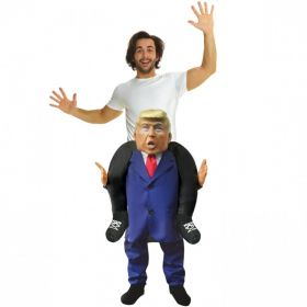 Bilde av en mann utkledd i Donald Trump Piggyback kostyme.