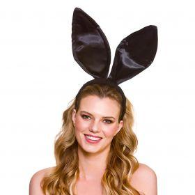 Bilde av en dame kledd ut med store sorte kaninører på hårbøyle.