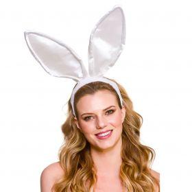 Bilde av en dame i store hvite kaninører på hårbøyle.