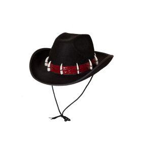 Råtøff cowboy hatt i fargen sort, med rødt slangeskinn rundt hatten og med krokodilletenner festet på det røde rundt hele hatten. kommer med svart snøring