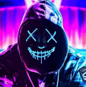 Blå ledmaske med kryss over øynene og sting over munnen. Maskens bakgrunn er sort så det eneste som lyser opp er de mange lysglimtene på masken i blått