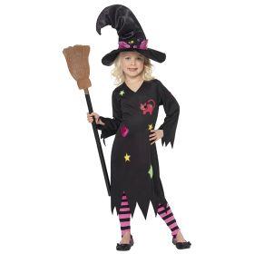 Bilde av en jente i Cinder Witch heksekostyme til barn. Sort kjole med påsydd katt, lapper og stjerner. Sort, lang heksekatt med rosa bånd og en påsydd katt. Rosa strømper med sorte striper.