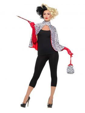 røde hansker en kappe i hvit og sort, rød sigarettpinne og en matchende veske