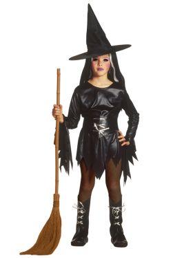 Bilde av en jente ikledd heksekostyme Evil Witch. Sort kjole med frynsete kant, sort belte med sølvfarget tråd, støveltrekk med sølvfargede lisser og en sort heksehatt.