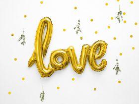 """gullfarget, metallisk folieballong med løkkeskrift og ordet """"love"""""""