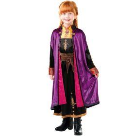 Bilde av en jente kledd ut som Anna fra Disney filmen Frost 2. Sort kjole med gull detaljer og krage. Lilla og rosa, lang kappe med spenne. Brunt belte med en flott sløyfe.
