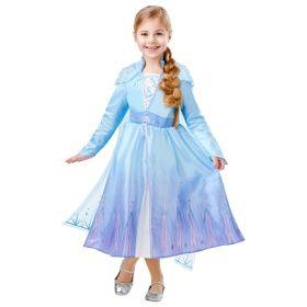 Bilde av en jente i Elsa Frost 2 Deluxe kostyme til barn. Lyseblå kjole med lilla gradert skjørt, innsydd bluse med lyseblå paljetter. Kjolen er pyntet med glitter. Påsydd blått belte med juveler og en lyseblå tyll kappe dekorert med glitter.