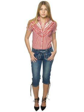 Bilde av en dame i Lederhosen jeans. Jeans med broderier og knapper lik den klassiske lederhosen.