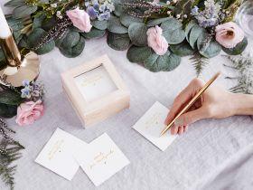 lys treboks med flere hvite firkantet kort oppi som gjestene kan skrive på og gi sine beste råd og tips til bruderparet