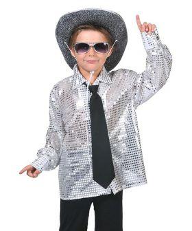 Bilde av en gutt ikledd Discoskjorte sølv. En hvit skjorte med sølvfargede paljetter.