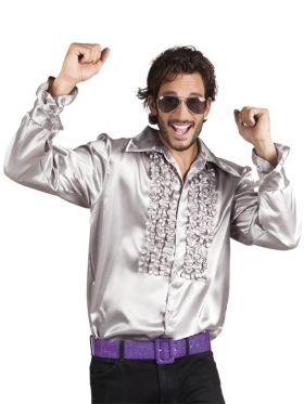 Bilde av en mann i Disco Skjorte Sølv. Sølvfarget skjorte med rysjete bryst.