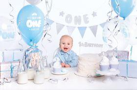 matchende bursdagssett for 1års dag i tema blå, hvit og sølv