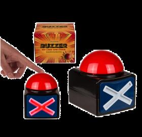 X Buzzer med LED & Lyd er en stor rød knapp på en svart boks med et kryss på. Når du trykker på knappen, høres en lyd og krysset lyser. Knappen er laget av plast og den er 11,5 x 11 cm. Batterier og en bruksanvisning på engelsk er inkludert. Knappen kom