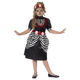 Bilde av en jente i Sugar Skull kostyme. Sort kjole med hvitstripete deatljer, skjelett avtrykk på brystet og røde blonder. Hodebånd pyntet med rød og rosa roser.
